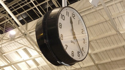 Station clock with clear numbers