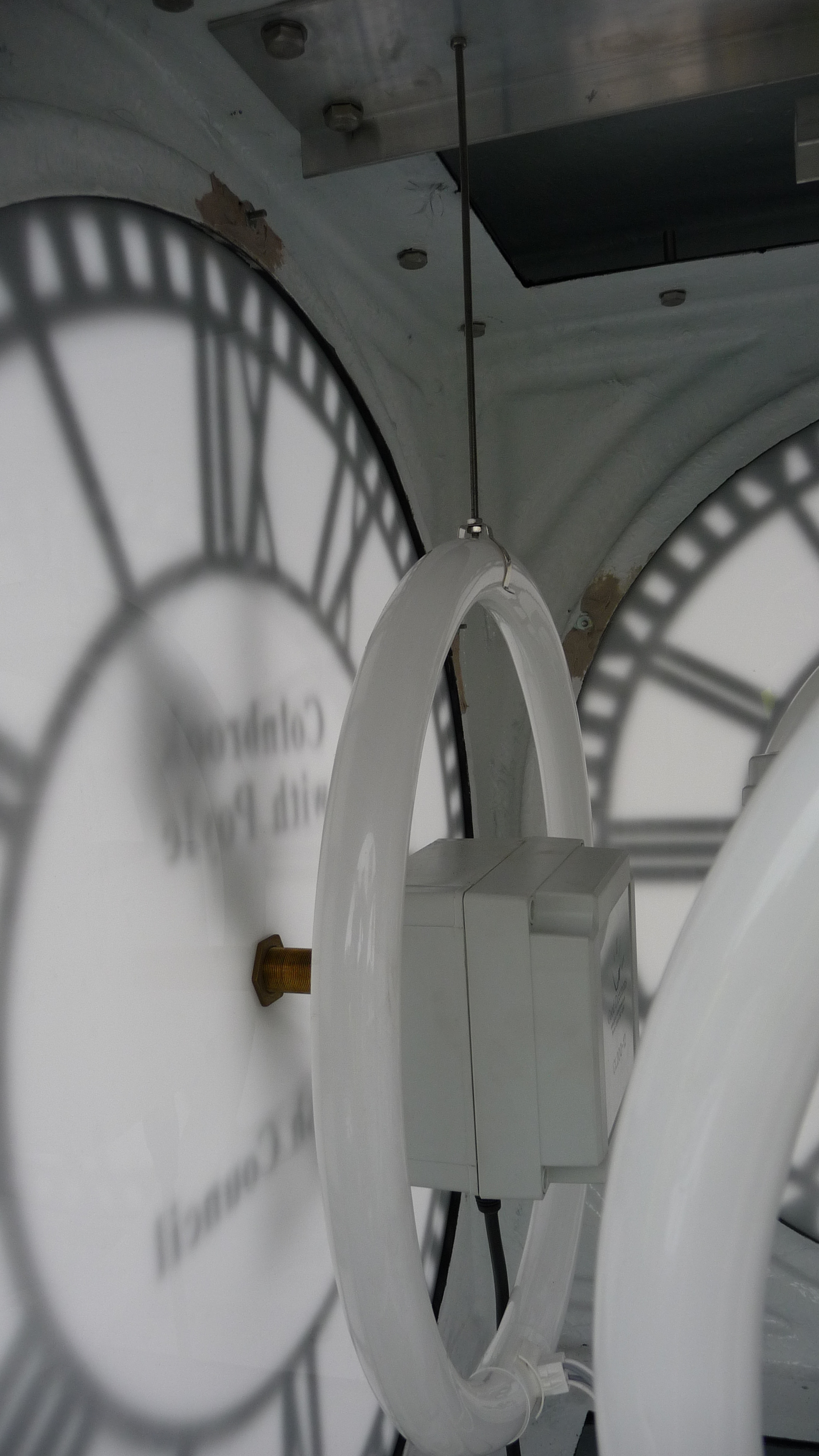 Lighting in a pillar clock