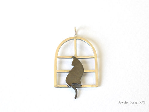窓辺の猫のネックレス