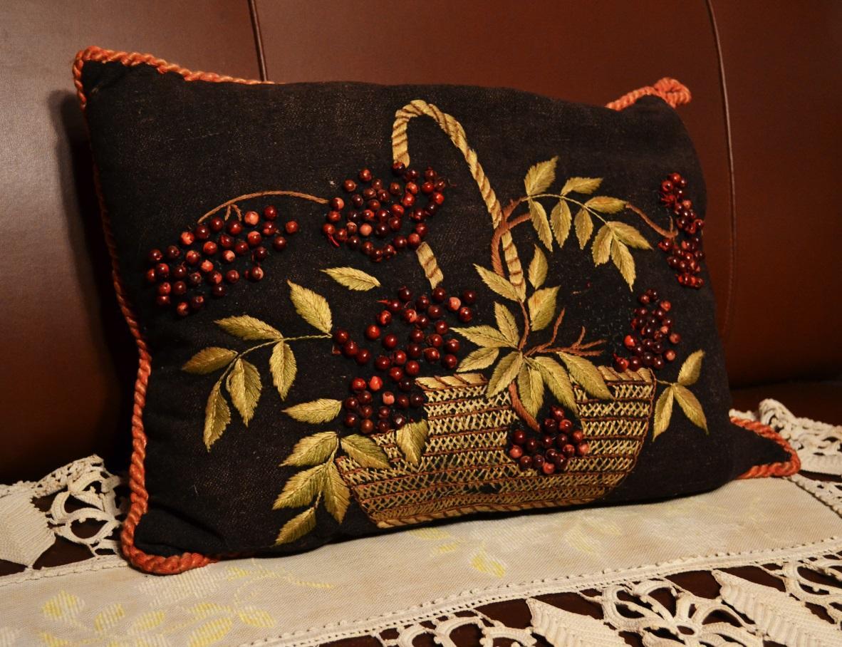 Подушка з вишивкою червоним намистом.