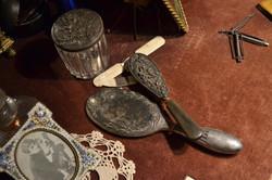 Щітка в металевому корпусі та овальне дзеркало, яким користувалася актриса.