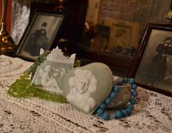 Фарфорові бісквітні шкатулки та прикраси Марії Костянтинівни.
