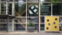 voordeur met nieuw logo.jpg