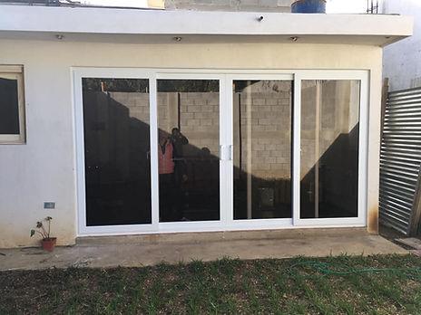 Puerta corrediza de Aluminio y Vidrio