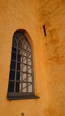 Kalket væg møder restaureret vindue. Løsninger der er tænkt til at holde mange år frem. Gamle og gennemprøvede teknikker gør dette muligt.