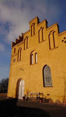Den gamle kirke har overgået en større renovering. Alle facader er afrenset, filtset i indfarvet kalkmørtel og derefter kalket af fem omgange. Det giver dette smukke skue når solens stråler brydes i kalk krystallernes skær.