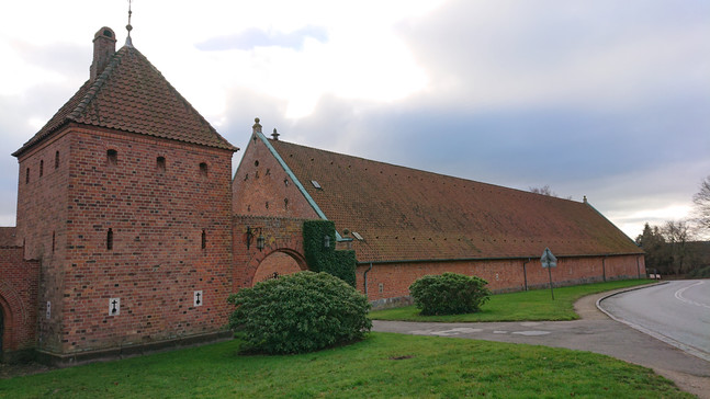 Den gamle Peder Oxe hal er et tidligere kornmagasin, senere ridehal, tennisbane etc. I dag fungerer denne som ramme om diverse events. Det gamle tegltag er blevet understrøget med kalkmørtel, så taget er tæt mange år fremover.