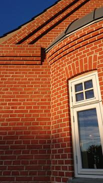 Karnap med rundt valset zinktag, støder op mod hovedbygning. Detaljer, der giver Jeres hus karakter.
