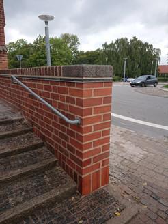 Kirkemuren ved Haslev Kirke var blevet påkørt. Derfor måtte der mures 100 nye sten i smuk kombination med de gamle nænsomt afrensede munkesten. Resultatet taler for sig selv.
