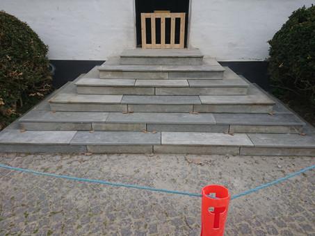 Større trappe har gennemgået restaurering med skift af nogle trin. Alle eksisterende trin blev nummereret og sammensat med de nye. Her var funktionalitet og patina i højsæde.