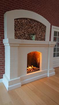 Nu er det muligt at få pejsehygge uden røg og ny skorsten. Her er der muret pejs i køkken/alrum til hygge og glæde i hele familien. Der er fuldstændigt frie hænder til et design, der passer til Jeres personlige ønsker. Center om hyggen er en eldrevet pejseindsats. Det giver en fantastisk effektfuld illusion af ild.