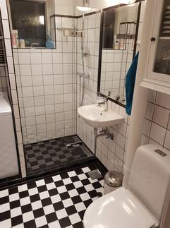 Dette badeværelse har gennemgået en total-renovering. Kunden ønskede varme i gulvet, håndklædetørrer og en gennemgående stil i 50'er tema. Det er lykkedes og med alt i moderne komfort.