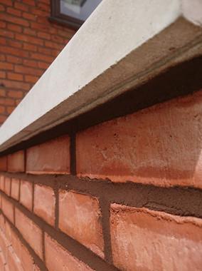 Mursten er, på den lange bane, et godt valg for miljøet. De kan holde i hundredvis af år og bliver blot smukt patineret over tid. Her ses gamle afrensede sten, der er genbrugt i ny havemur.