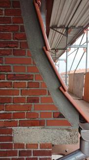 Kalk og Mørtel påtager sig glædeligt tag-entrepriser. Her må man til tider omforme murværket så det følger tagets nye form.