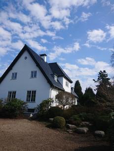 Smukt hus i Nordsjælland der er renoveret efter alle kunsten regler. Her spiller alle aspekter sammen i smuk homogen harmoni. Kunden havde mange ideer og god sans for det endelige resultat. Hos Kalk og Mørtel er vi meget lydhøre overfor kundens ønsker.