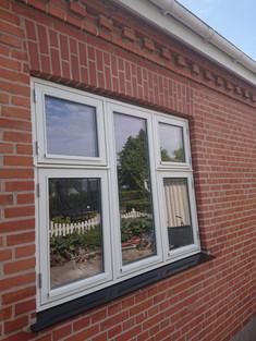 Dette vindue var tidligere uden muret stik men blot etableret med ståltegl. Kunden ønskede at få dette lavet om, så det matchede husets resterende udtryk. Det er de små detaljer, der giver det samlede udtryk.