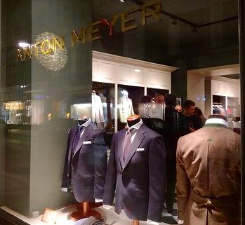 Laden geschäft von Anton Mayer. Hochzeitsanzüge.
