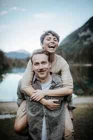 Verlobungsfoto bei Salzburg. Bluntauseen bluntautal.  Hochzeitsreportage von momentum by Fotografie Philipp Dietrich. Hochzeitsfotograf aus Hamburg.