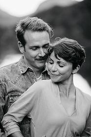 verlobungsshooting monocrome bild bei salzburg. bluntauseen bluntautal.  Hochzeitsreportage von momentum by Fotografie Philipp Dietrich. Hochzeitsfotograf aus Hamburg.