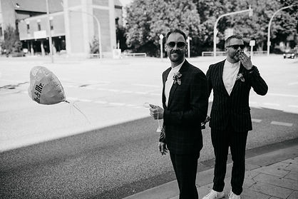 Schwarz weiß bild hamburg city hochzeit Schwule Hochzeit zwei männer Standes Amt Wandsbek  luftballon herzform beide tragen sonnenbrillen gelassen heißer Sommertag von momentum by fotografie Philipp Dietrich Hochzeitsfotogaf aus Hamburg. Er fotografiert Hochzeitsreportagen aus Hamburg herraus.