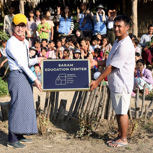 지난 1월11일, 미얀마 사가잉 디비전의 이고마을에 사람교육센터가 건립되고 여러분들의 뜻이 빛나게 되었습니다. 여러분 덕분에 시작하였습니다. 여러분 덕분에 꽃피고 있습니다. 여러분 덕분에 우리 아이들의 미래가 이곳에서 자라고 있습니다. 우리 아이들과 미얀마 아이들이 함께 세상을 위해 좋을 일을 할 수 있는 다리가 만들어 지고 있습니다. 덕분입니다. 감사합니다. 사람예술학교 공식페이지 https://www.facebook.com/goodvoiceschool/