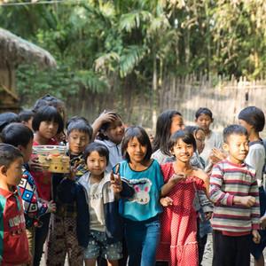 "Myanmar Arts Camp_6년의 기록  2013년 3월24일  처음  미야마 아이들을 만났습니다. 6년간 #미얀마양곤 #미얀마삔우린  #미얀마사가잉에서 한국의 뮤지션들과 미얀마 아이들을 위한 음악학교를 하게 되엇습니다.  미얀마 아이들. 그들을 품을 수 있을까? 6년이 지난 지금. 품은 것은 우리가 아니라 그들이었습니다. 그 품은 마음의 흔적들을 전시했습니다. 3월20일~4월6일.  서울 NPO지원센터 전시실. #100인의코리안이 함께하는 #사람예술학교 길벗들. 와주셔서 감사합니다. 그리고 덕분입니다. ""덕분입니다""라는 말은 타자에게서 나를 보게 해 주는  아름답고 사랑스러운 말입니다. 덕분에  더 몰락하는 삶을 살겠습니다."