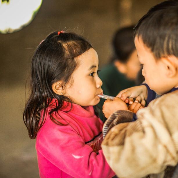 #사람예술학교_2020년, 8기 미얀마 예술캠프 주는 걸까요? 뺏는 걸까요? 미얀마 사가잉 디비전 이고마을의 아이들은 이미 아름답습니다. 아름다움을 찾으려고 노력하지 않아도  아이들의 모든 것이 아름답습니다. 미얀마 아이들과 우리의 아이들이 아름다움으로 연대하게 될 미래를 그립니다.                                   photo by 박주영