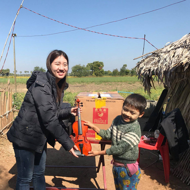 "Myanmar Saram Art Camp_7th(2019) 물품 전달 Story - 2. Myanmar Sagaing Division,  Aye gone Learning Center에 Violin Class가 처음 생겼습니다. 사가잉 디비전 이고마을의 띠아조는  나의 Friend,  서로의 꿈이 실현되기를 기원하는  Vision Friend입니다. 미얀마의 학교는 공립학교와  사립학교로 나누어져 있습니다. ""띠아조!  공립학교가 있는데 왜 사립학교를 꼭 하려고 하니? "" 공립학교는 오로지 시험 합격이 목적이야. 다른 교육을 하고 싶어.  미얀마 아이들의 미래를 위한 새로운 교육"" 사람예술학교와의 교육목적과도 닿아 있는 띠아조의 학교. 민족도 나라도 종교도 다르지만 우리가 친구가 된 이유입니다. 3년 전 이고마을에는 아무것도 없었습니다. 단지, 학교를 만들겠다는 띠아조의 음성만  벌판의 햇살 사이로 흩어지고 있었지요. 작년에  이고마을에 갔을 때는 4개의 기둥 위에 야자수 지붕을 덮은 오두막 하나였습니다. 올해 1월에는  3개의 교실과 화장실과 우물이 새로 생겼습니다. 띠아조의 꿈은 자라고 있고 아마 멈추지 않겠지요. 이번에 띠아조가 특별히 저에게 원했던 것은 바이올린이었습니다. Violin Class를 만들겠다는 것입니다. "" 띠아조 ! 바이올린은 수업을 꾸준히 해야 하고 바이올린 악기 관리도 해주어야 하고 할 수 있겠어? 할 수 있답니다. "" 걱정도 앞서지만  그 비전과 희망에 나도 고개를 끄덕입니다. 여러분이 바이올린을 후원하여 주셨습니다. 도와 주신 길벗 여러분! 같이 격려하고 같이 희망을 꾸어 보지요. 바이올린 후원해 주신 김아영, 김춘택 Chun Taek Kim, 김예지, 김광매, 이소영, 김종원, 허영권 선생님 감사합니다. 잘 전달되었습니다.  덕분에 미얀마에 Violin Class가 개설되었습니다. 윤성아 (Sung-ah Yoon)작가님! 이재현교수님! 잘 전달되었습니다."