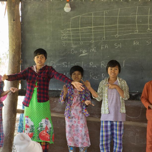 """사람예술학교가 미얀마에 사람 교육센터(SARAM EDUCATION CENTER)를 짓습니다. 이고마을 아이들을 위해 도서실, 컴퓨터실, 음악실, 무용실을 갖춘 복합 교육센터입니다. 미얀마 서쪽 사가잉 디비전에는 80여 가구, 400명이 살고 있는  이고마을이 있습니다.  전기도 들어오지 않는 이 곳에도 학교가 있습니다. 나의 친구 띠하조가 세운  이고러닝 스쿨입니다.. 학교라는 이름은 붙었지만 벌판위에 달랑 움막 하나입니다 나무기둥 위의 야자수 말린 잎들. . 이곳이 아이들에게는 배움의 성전입니다. 미얀마의 학교는 공립학교와  사립학교로 나누어져 있습니다. """"띠아조! 공립학교가 있는데 왜 사립학교를 하려고 하니? """" """"공립학교는 오로지 입시가 목적이야. 다른 교육을 하고 싶어.  미얀마 아이들의 미래를 위한 새로운 교육을"""" 사람예술학교의 교육목적과도 닿아 있는 띠아조의 학교. 민족도 나라도 종교도 다르지만 우리가 친구가 된 이유이고 사람예술학교가 도우려는 이유입니다. 도움 주신 마음이 이고마을 아이들의 마음에 남도록 건물 머릿돌에 이름을 남기겠습니다."""