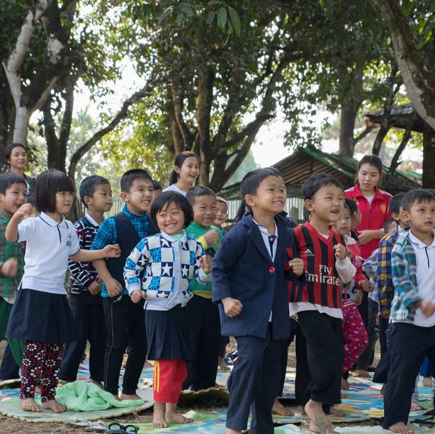 미얀마 예술학교 – 피스터즈 8기 내년 1월9일~20일(12일간)  미얀마 아이들을 만나러 다시 갑니다. 어느 덧 8년입니다. 태양은 아침에 뜨고 저녁에 집니다. 꽃은 봄에 피고 낙엽은 가을에 집니다. 인간은 희망으로 태어나고 후회로 죽습니다. 반복입니다. 이것은 자연의 엔진입니다. 이것은 인생의 심장입니다. 가야 할 곳이 있다면 모든 무엇때문에 라는 가지 못할 많은 이유가 있음에도 그럼에도 불구하고 가야 할 곳은 가야만 합니다. 가면 희망이고 가지 않으면 회한입니다. 왜 가는가? 항상 묻는 질문이고 물어야 만 하는 질문입니다. 그곳에 생이 약동하는 아이들이 있기 때문입니다. 그들에게 영혼을 내어 놓고 나의 심장을 존재의 환희로 채웁니다. 올 초에 돌아와서  걱정이었습니다. 내년에 다시 갈 수 있을까? 가게 되었습니다. 내년 초에 돌아오면 다시 걱정할 것입니다 내후년에 갈 수 있을까? 가게 될 것입니다. 반복은 힘이 있고. 마땅히 가야만 할 곳은 가야 하기 때문입니다.
