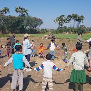 Myanmar Saram Art Camp_7th(2019) 물품 전달 Story - 3. Sagaing Division Ayegone Village. 띠아조 학교의  지붕은 흰구름이고 바닥은 해바라기 가득한 벌판이다. 학교는 모름지기 배우는 곳이고 우리가 배워야 할 것은 구름과 해바라기와  그리고 인생이다. 그래서, 띠아조의 학교는  인생학교다. 인생학교에는 영사기가 있어야 한다. 새로운 인생은 영사기를 통해 들어온다. 띠아조가 몇 번이나 조르고 졸랐던. 영사기를 장일서 대표님과 김정숙선생님이 구해 주셨다. 없던 것을 거래처를 뒤지고 뒤져 중고도 아닌 신제품인 Projector를 구해 주셨다. 애써서 구해 주셨다. 장대표님의 애쓴 마음이 띠아조 학교 어린 학생들의 인생이 되었다.