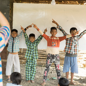 Myanmar Arts Camp_7th (2019) by Saram Arts School 미얀마 작은 학교에 학용품이 필요합니다.  미얀마 서쪽 사가잉 디비전에  90여 가구 500명이 살고 있는 씨족마을이 있습니다. 전기도 들어오지 않는 이곳에도 학교가 있습니다. 이고러닝 스쿨입니다.. 학교라는 이름이 붙었지만 허허 벌판위에 달랑 움막 하나입니다 4개의 나무기둥 위에 야자수 말린 잎들이 덮여 있는  이곳이 아이들에게는 배움의 성전입니다. 내년 1월11일~21일(11일)에 이곳을 다시 방문합니다. 이 학교를 위해 후원해 주실 물품을 찾고 있습니다. 선생님들이 사용할 노트북 교육용 프로젝터(전기는 없지만 태양광 전기 사용)  바이올린, Guitar, 학용품 등 오래 된 것도 좋습니다. 공유도 후원입니다. 후원하신 물품은 아무리 작은 물품도 인증샷을 찍어  공유합니다.^^ 우리는 물건을 전달하는 것이 아니라 마음과 마음을 연결하고 싶습니다. 현재  대한화공상사 김춘택 Chun Taek Kim대표님과  꿈과가치컨설팅 김광매대표님께서 바이올린 각각 1대씩. 김시우 어린이가 후원한 문화상품권으로 미술도구 2세트 구입. 강선령선생님께서 레고놀이 1세트 후원. 이병택 송월타올 서울지부 대표님께서 송월타올 100장 후원. 물품후원 주소: (우-07562) 서울시 강서구 공항대로 535. 대림자동차빌딩 5층.(사)피피엘 권태훈앞. 후원물품은 9일까지 도착하면 어떨까 합니다.