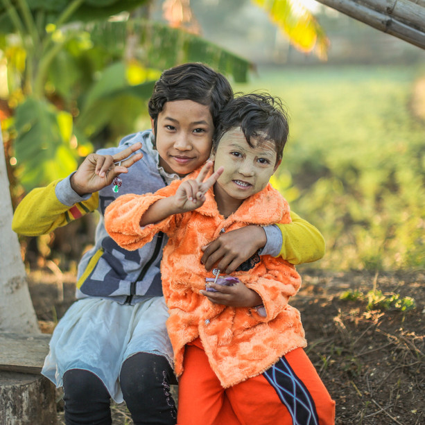 Myanmar Arts Camp_3th (2015). song by 차빛나 - Cha Bit Na 미얀마 아이들  보면 볼수록  그들의 얼굴에서  뿌리 깊은 웃음을 본다  알면 알수록  그들의 삶에서  뿌리 깊은 환희를 본다. 가면 갈수록 그들의 영혼에서 뿌리 깊은 나를 본다. 어쩌면 삶의 대지에서 뿌리 뽑힌 우리의 희망을 여기에서 발견 할 수 있지 않을까?