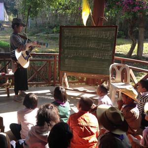 Myanmar Arts Camp_3th(2015) by Saram Arts School  카렌족은 버마동북과 태국서북 산악에 살고 있습니다. 메솟시내에서 흙먼지 쓰고 40분 숲길을 달리면 꽉 막힌 밀림 속에 탁 트인 산속 포근한 마을을 만납니다.  카렌 족 아이들은 미소가 맑아서 울고 싶습니다.  차빛나 샘의 음악수업