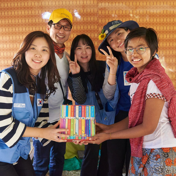 약속. 말하고, 지키려는 마음. 미얀마 사가잉 디비전 이고마을. 영어에 관심이 많은 17살 토에에게 영어책을 선물하겠다고 작년에 약속했습니다. 올해  지키게 되었습니다. photo by 김영보 (Kim Young Bo)