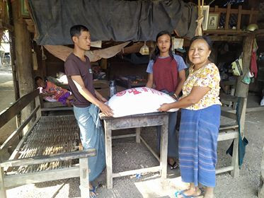 길벗들의 마음이 식량으로 변하여 오늘(5월16일) 미얀마 이고마을의 굶주리는 사람들에게 잘 전달 되었습니다. 제가 5월14일에 성금을 보냈는데 띠아조가 당일 날 돈을 찾아  이틀 만에 필요한 사람들에게 잘 전달하였습니다. 가정으로 식량을 전달한 수고를 한 두 사람은  이고마을에 사는 Ko Hein 씨와  Zin Myo 입니다. Ko Hein씨는 사람예술학교가 매년 이고마을을 방문할 때 마다 만달레이 공항에서 이고마을까지 안내해 주는 분이고 Zin Myo는 사람예술캠프에서 김수로헌 기타리스트에게 기타를 배우는 학생입니다. 신기합니다. 3,524 Km 떨어진 미얀마의 굶주린 사람들을 이틀만에 우리가 도와 줄 수 있다는 것이 감사합니다. 그런 일을 해 주신 참 좋은 길벗들. 김혜정, 김한규 (Hankyu Kim), 김수로헌, 신다혜 (DaHye Shin)남궁벽 (Byuck Namkoong), 장일서, Yeon Yellow-Duck Choi, 강수정, 김현성(강수정 따님) 서준렬 (June Youl Seo)