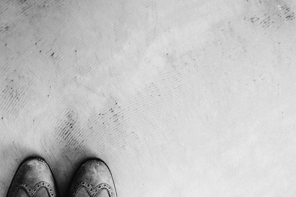 Los pies en el cemento