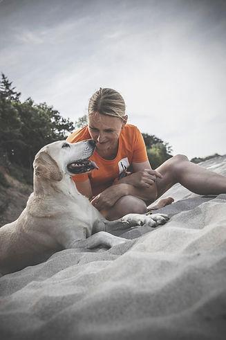Hundetrainerin Carola Hentschel mit Ihrer Hündin am Strand