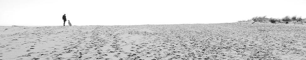 Hundetrainerin Carola Hentschel am Strand während eines Trainings
