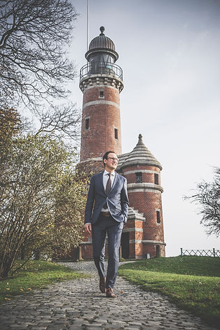 Businessportrait vor Leuchtturm