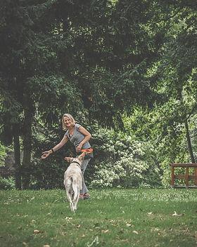 Rückruf als Hundetraining. Draußen in der Natur mit Carola Hentschel trainieren