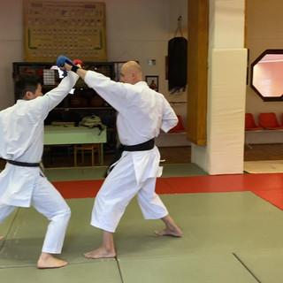 1. Egyenes ütés fejre (jodan oi tsuki)
