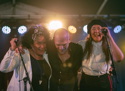 Joe Camilleri, Vika & Linda Bull