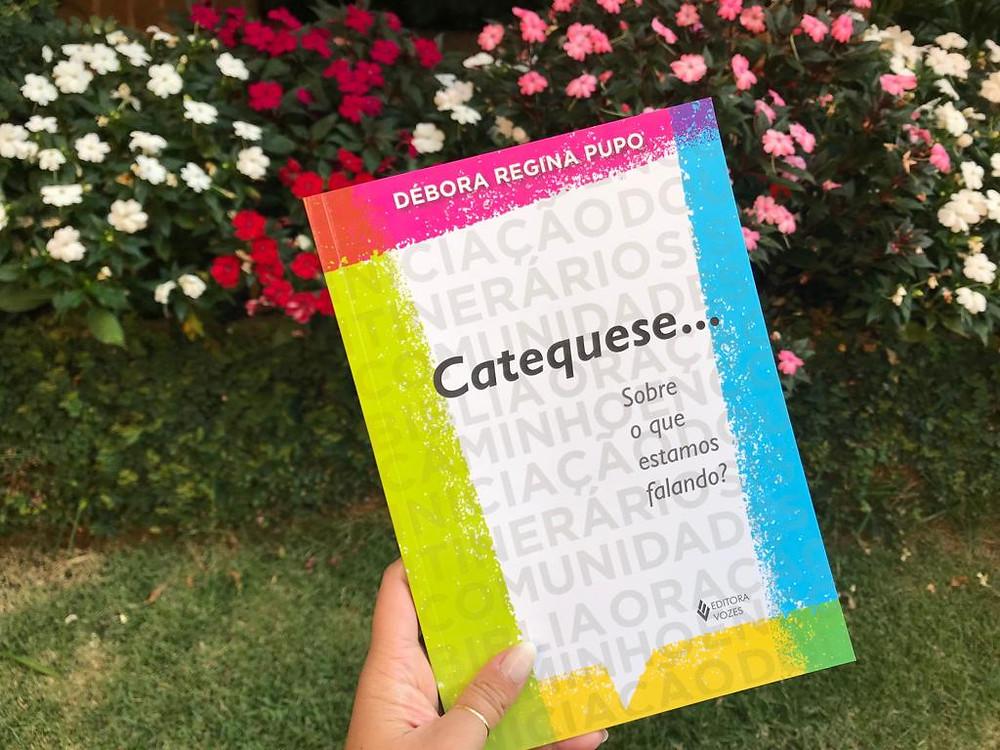 """Entre outros títulos, Débora Pupo é autora do livro """"Catequese... Sobre o que estamos falando?"""", publicado pela Editora Vozes"""