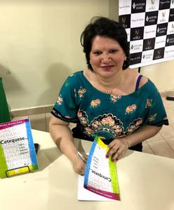 Débora Pupo autografa seu livro: Catequese... Sobre o que estamos falando?