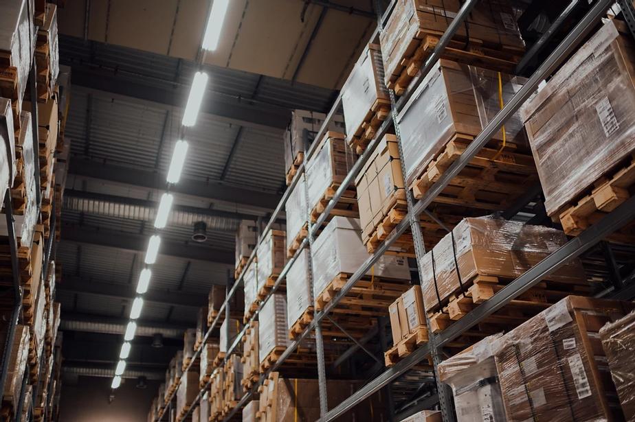 Estanterías de almacén con palés de mercancías