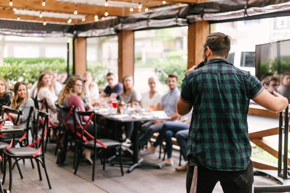 Emprendedores participando en una conferencia