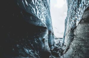 Fotografía de vista entre rocas tomada por Norris Niima
