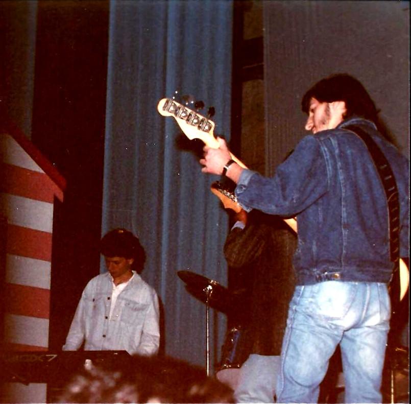 Lello on bass, Zona live