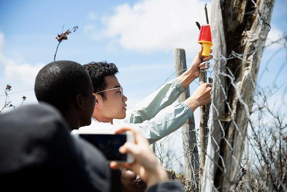 9.为帮助当地社区减缓人兽冲突,我们从中国带来防兽灯,并在村庄中亲自安装.jpg
